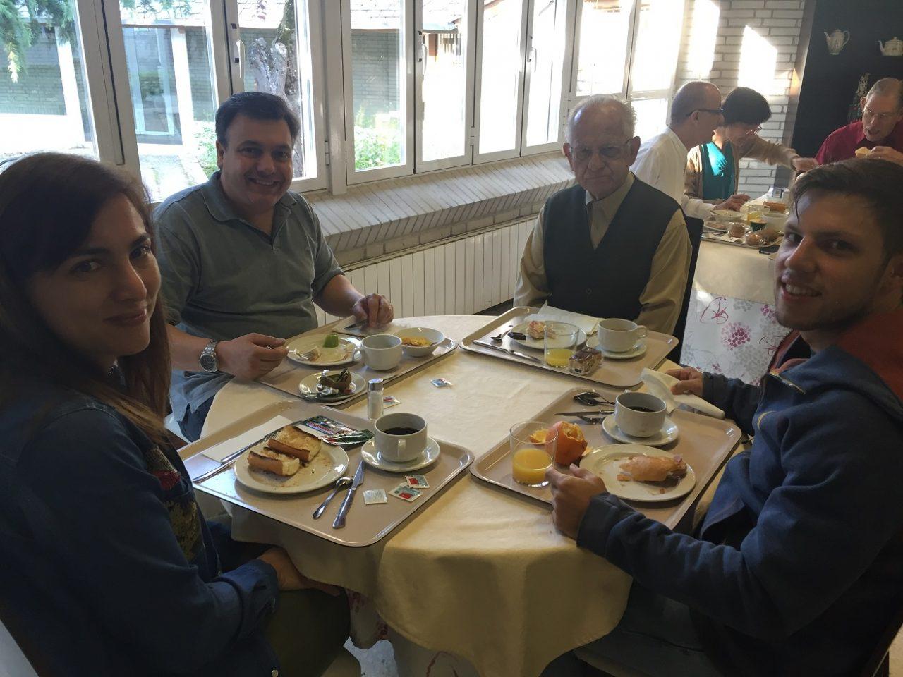 Tres generaciones de miembros desayunando