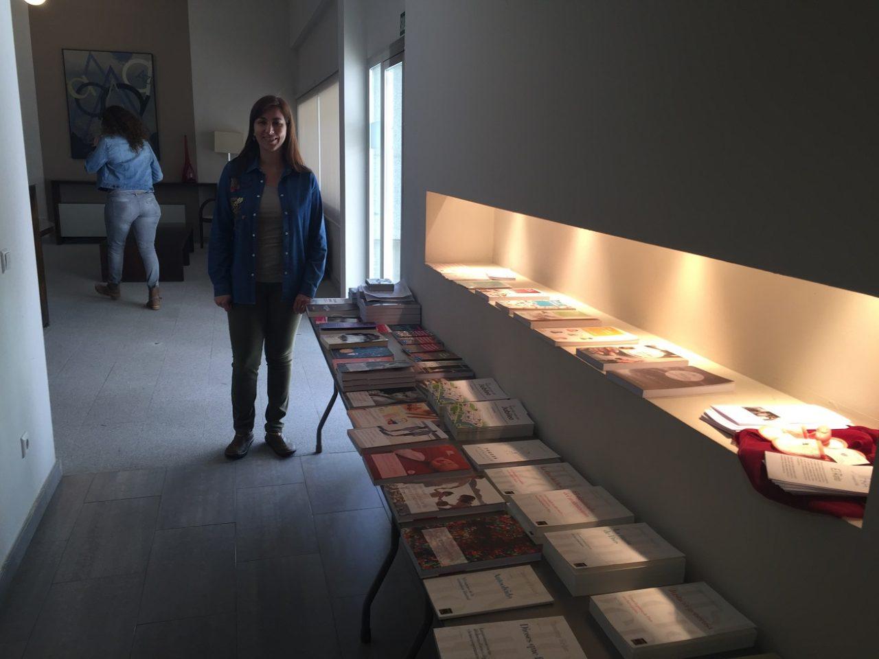 Mesa de libros atendida por Cilayne