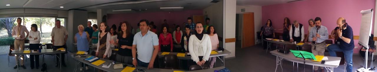 Foto panorámica del grupo durante la alabanza