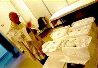 Un colectivo religioso italiano da cristiana sepultura a embriones procedentes de abortos.  Fotografías de Roberto Arcari y Grazia Neri