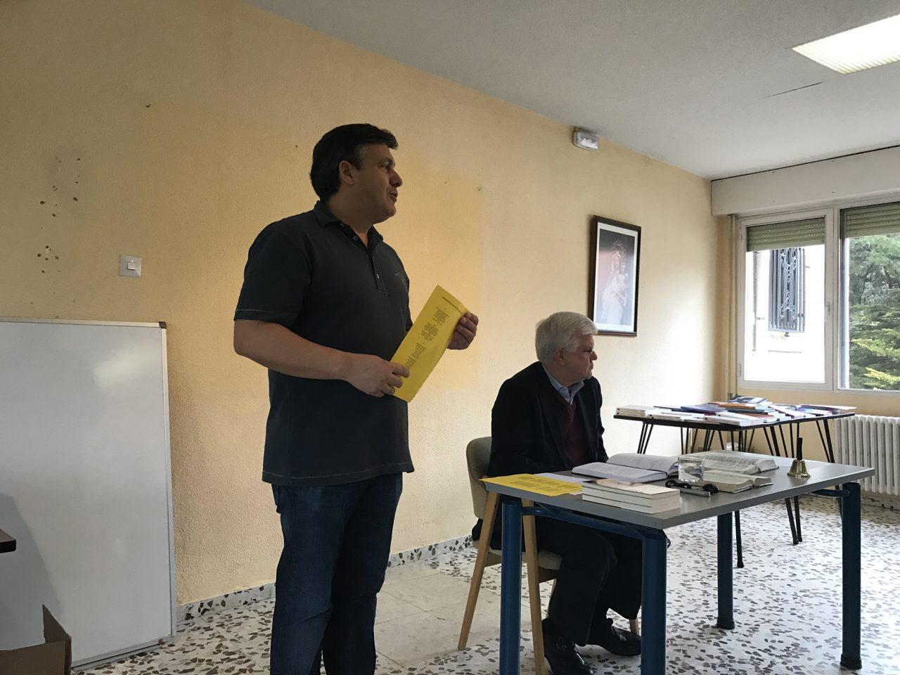 Neimar presentando la exposición bíblica